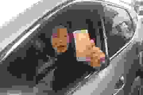 Nữ tài xế trả tiền lẻ, đòi có máy soi tiền giả