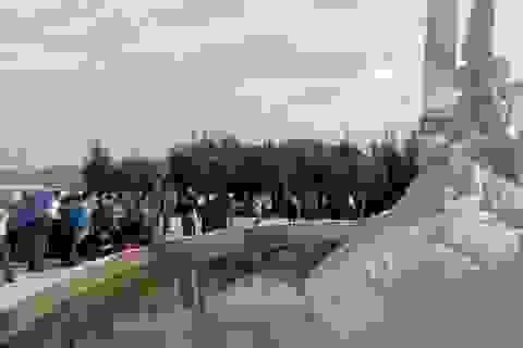 Thân nhân liệt sĩ bật khóc tại khu tưởng niệm chiến sĩ Gạc Ma