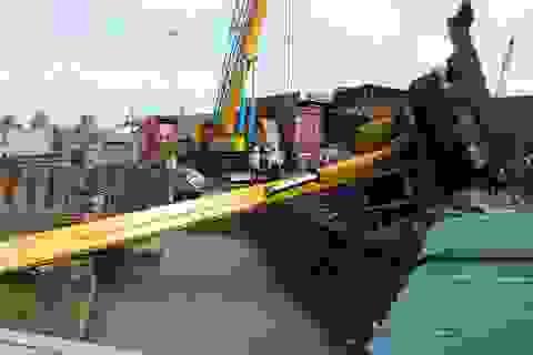 Cần cẩu hàng chục tấn đổ sập trên công trình giao thông trọng điểm