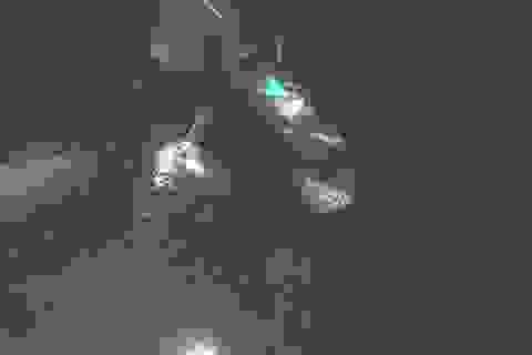 Hai cha con bắt cá đêm trên đầm phá bị nước cuốn