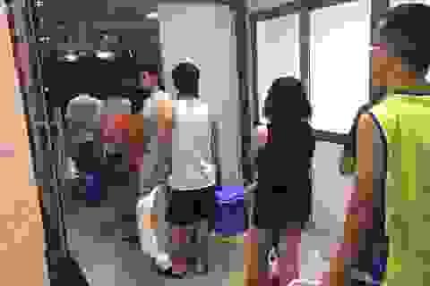 Sống khổ ở chung cư: Mang xô, chậu xếp hàng đi lấy nước sinh hoạt!