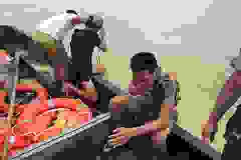 Bộ đội cứu 2 bố con suýt bị nước lũ cuốn trôi