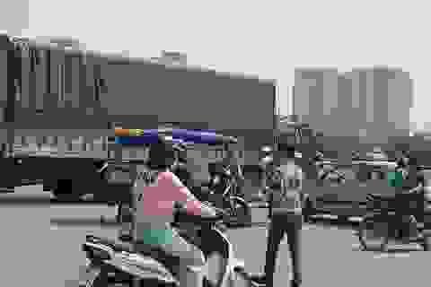 Xe ba gác phanh gấp, vợ lái xe ngã xuống đường tử vong