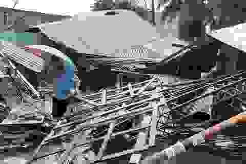 Hàng nghìn bộ đội, dân quân khắc phục bão số 12 ở Nam Trung Bộ