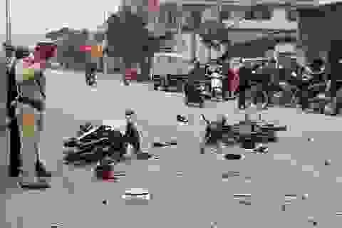 Hai xe máy tông nhau vỡ nát, 4 người nguy kịch