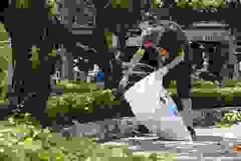 """Người dân thích thú với cái vẫy tay """"nhặt rác cùng tôi"""""""