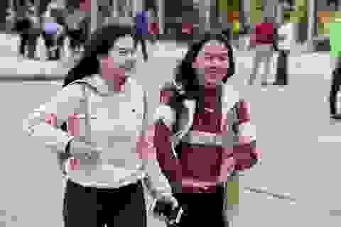 Người Hà Nội khăn ấm, áo rét trong gió lạnh đến sớm