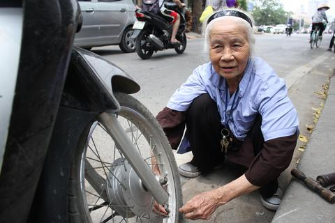 Kỳ lạ cụ bà gần 90 tuổi vẫn vá xe mưu sinh bên vỉa hè Hà Nội