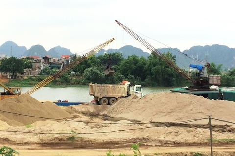 """Ninh Bình: Chỉ đạo dẹp bãi cát """"lậu"""" sau loạt bài điều tra của Báo Dân trí"""