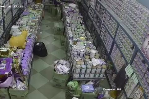 Clip mẹ dạy con 3 tuổi trộm đồ ở cửa hàng gây phẫn nộ cộng đồng mạng