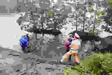 CSGT cứu sống kịp thời 2 mẹ con bị rơi xuống hồ nước sâu
