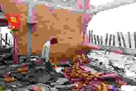 """Sóng biển đánh sập nhà, """"nuốt"""" đất của dân"""