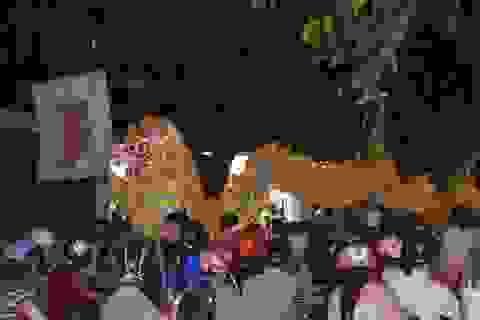 Hàng ngàn người dân và du khách đội mưa xem múa lân