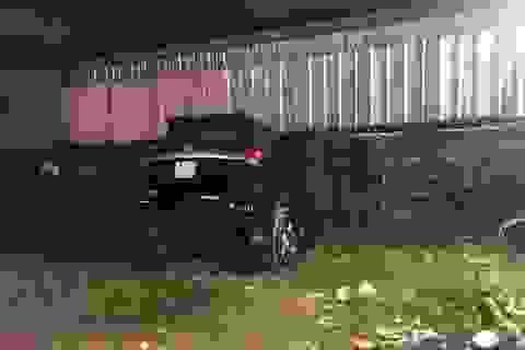Kinh hoàng ô tô mất lái, tông xuyên bức tường ven đường