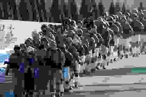 Xem lính dù Mỹ diễu hành rầm sập sát biên giới Nga
