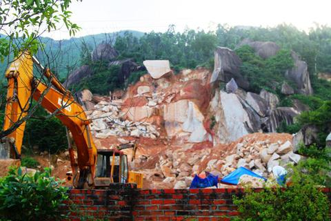 Xử lý khai thác đá trên núi Hòn Chà liệu có… chấm dứt?
