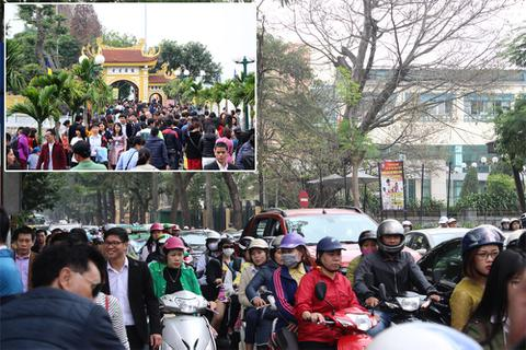 Người Hà Nội tấp nập đi chùa, đường phố ùn tắc kéo dài