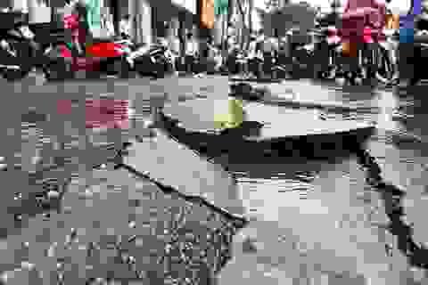 Mưa xối xả làm biến dạng mặt đường, giao thông hỗn loạn!