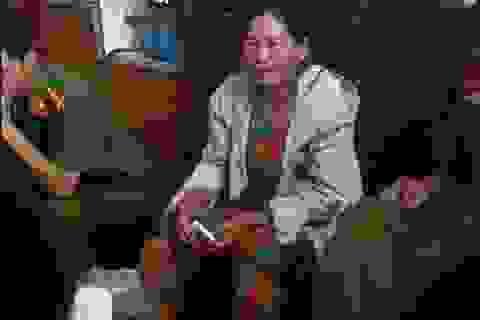 Hàng trăm người dân vây một phụ nữ nghi bắt cóc trẻ em