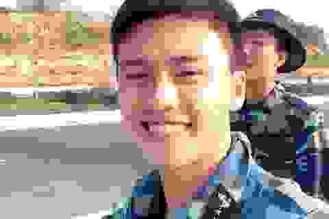 """Chàng lính hải quân có nụ cười ấm áp gây """"sốt"""" mạng"""