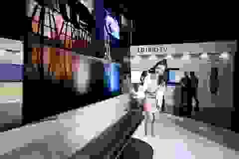 Chiêu marketing mới: Thách thức bẻ cong TV OLED giá 650 triệu