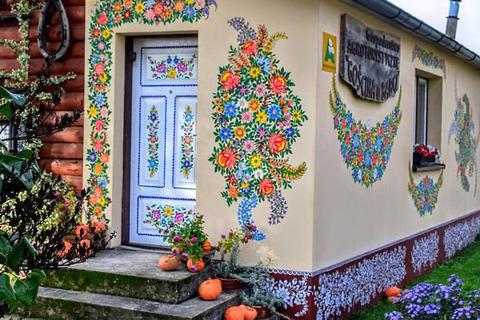 Ngôi làng đẹp như cổ tích khi tất cả phụ nữ đều là… họa sĩ
