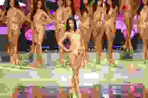 Kỳ lạ thí sinh Hoa hậu mặc kín đáo trong phần thi… áo tắm