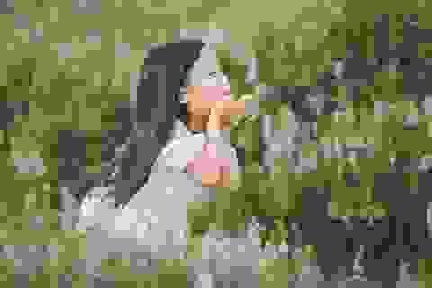 """Ngắm """"thiên thần nhí"""" hồn nhiên trên cánh đồng hoa"""