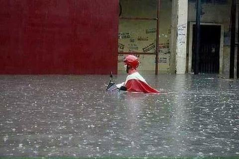 """Cư dân mạng """"nổ tung"""" với loạt ảnh Hà Nội ngập lụt nặng nề sau mưa bão"""