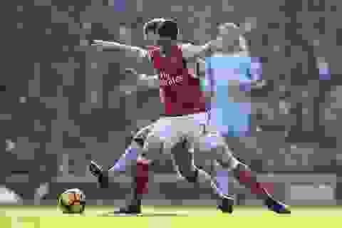 Arsenal thắng tranh cãi trước Burnley trong thế thiếu người