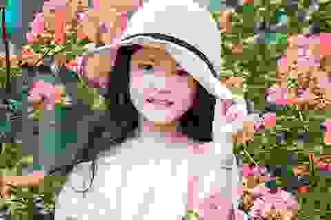 Bé gái 6 tuổi xinh xắn, tạo dáng cực đáng yêu trước ống kính