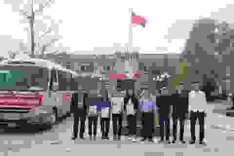 Tặng quà, chở xe miễn phí cho sinh viên về tận quê ăn Tết