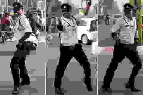 """Cảnh sát Ấn Độ """"gây sốt"""" khi điều khiển giao thông bằng điệu nhảy"""