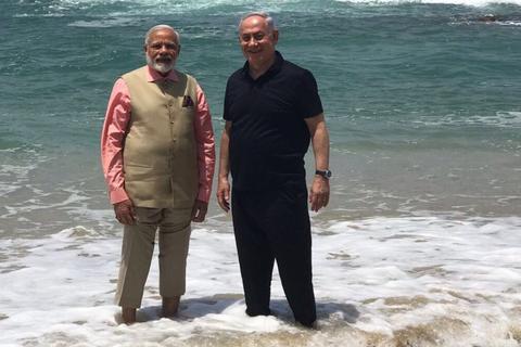 Thủ tướng Ấn Độ xắn quần dạo biển cùng lãnh đạo Israel