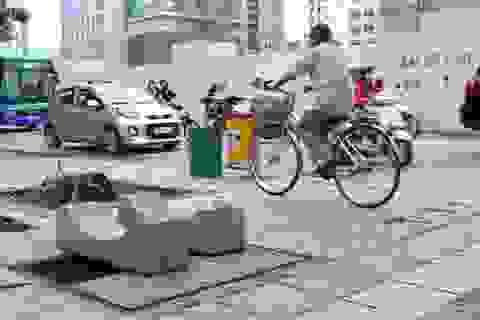 """Ẩn họa """"hố tử thần"""" chờ """"nuốt"""" người trên đường phố Hà Nội"""