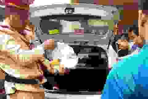 Phát hiện ma túy đá trên xe taxi có tiếng người kêu cứu