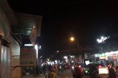 Hàng chục thanh niên dùng hung khí đuổi chém nhau giữa phố