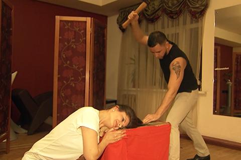 Bỏ kéo, thợ cắt tóc dùng búa rìu phục vụ khách