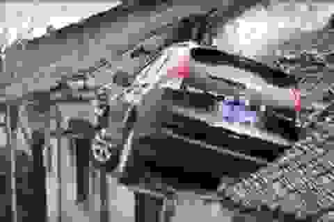 Ô tô mất lái lao lên tận nóc nhà