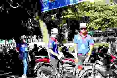 Tình nguyện viên giữ xe miễn phí cho phụ huynh và thí sinh