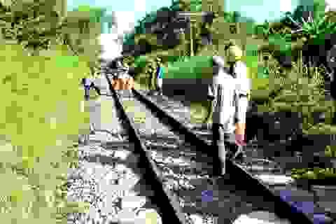 Băng qua đường sắt không quan sát, một phụ nữ bị tàu hỏa kéo lê