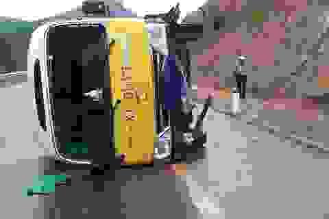 Xe buýt tự lật, 6 người bị thương
