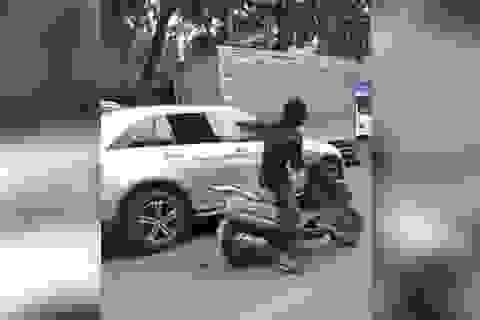 Nam thanh niên vung mã tấu chém bể kính hàng loạt ô tô trên phố