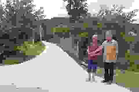 """Chuyện vợ chồng cựu giáo chức """"xin tiền"""" làm đường giúp dân"""