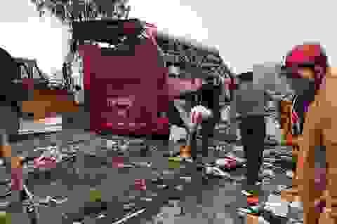Hình ảnh hiện trường tan hoang của vụ lật xe khách