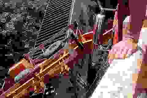 Xe đầu kéo lật xuống suối, tài xế tử nạn trong cabin
