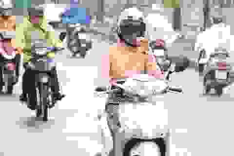 Người Hà Nội mặc áo ấm đi làm giữa tháng 5