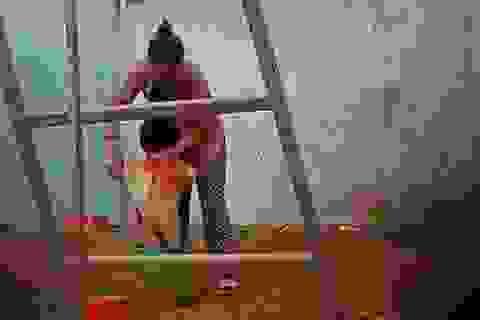 Bé trai 2 tuổi bị bảo mẫu bạo hành giữa trời giá lạnh