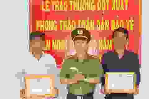 Khen thưởng 2 công dân dũng cảm truy bắt tội phạm