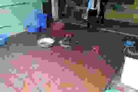 Bé 4 tuổi bị giáo viên và Hiệu trưởng dọa cắm điện, thả vào máy vặt lông gà